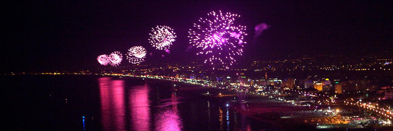 Fuochi d'artificio per la Notte Rosa nella Riviera Romagnola